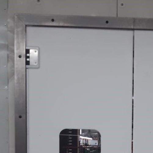 Svingdørskarm til fryserum
